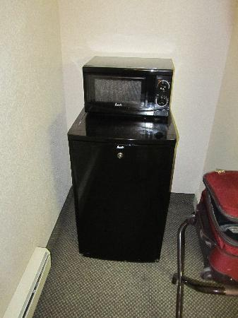 BEST WESTERN PLUS Inn of Ventura: fridge and microwave