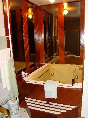 Alaska House of Jade Bed and Breakfast : Jetted jacuzzi tub!