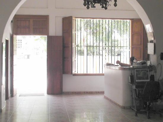 Hotel Plazamar: Die Rezeption und der Eingangsbereich bei tollem Wetter draus