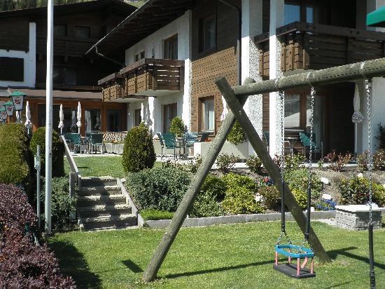 Hotel Gesser: Sonnenterrasse mit Spielplatz