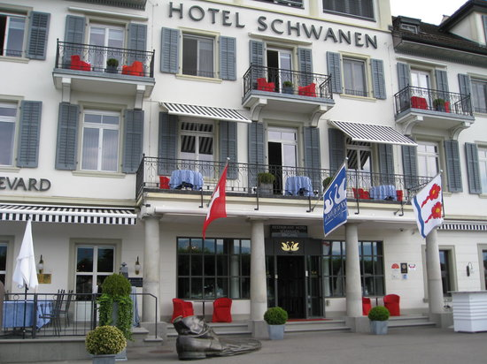 Hotel Schwanen: Hotel front with the shoe. Our room was the balcony on the left.