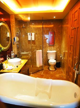 Jinjiang International Hotel: The bathroom view from the room when open