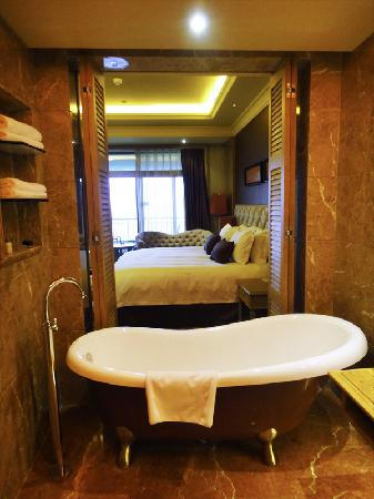 Jinjiang International Hotel: View of the room from the bathroom with open door