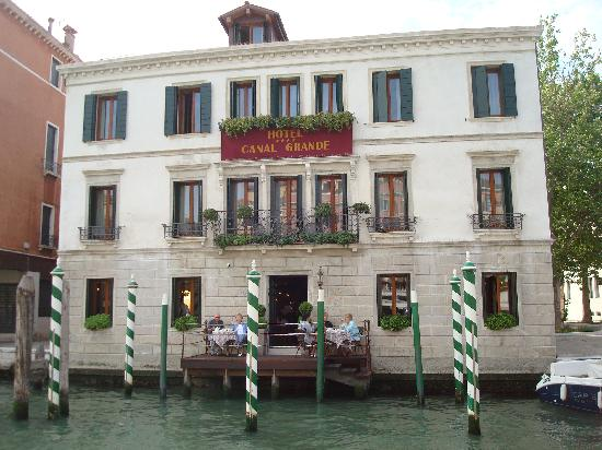 Hotel Canal Grande: View of Hotel via Water Taxi