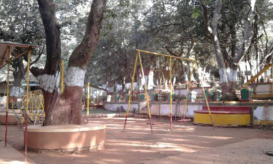 Gujarat Bhavan Hotel: Garden and Play Area for Kids