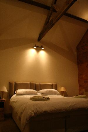 Sutton Lodge B&B: Spacious room with comfortable bed