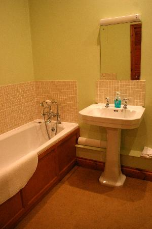 Sutton Lodge B&B: Bathroom with carpeted flooring + heater