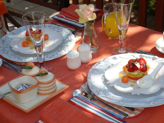 Sir Henry's Guest Houses: Breakfast on the Patio