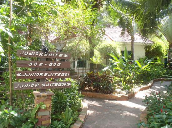 Chaba Hut Resort: Pink studios and junior suites are located in the tropical gardens