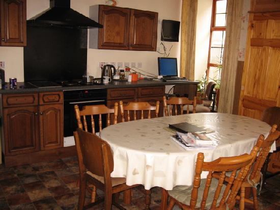 Browns Hostel: cozy kitchen downstairs