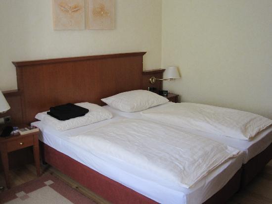 Hotel Augustinenhof: Bedroom - comfy beds