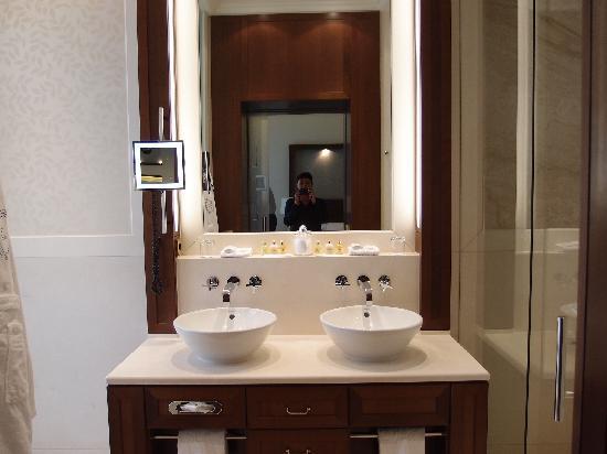 Excelsior Hotel Ernst: Ansicht Badezimmer
