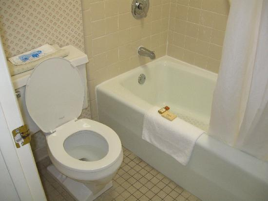 Days Inn Wilmington / University: bathroom