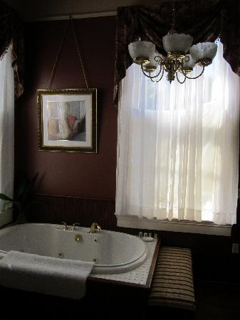 Degas House: Hot Tub in Desiree Room