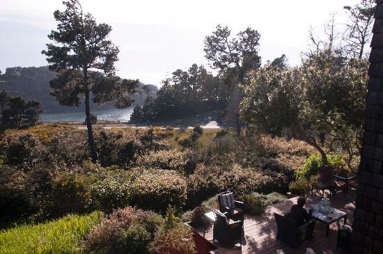 Brewery Gulch Inn: View from Heron room, ocean in distance, community patio below