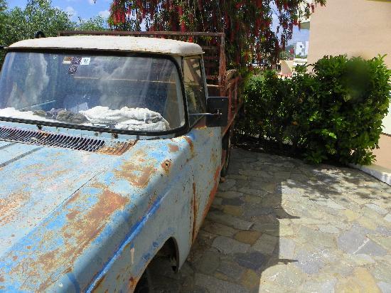 Agia Marina, Greece: Parkering utanför balkongen