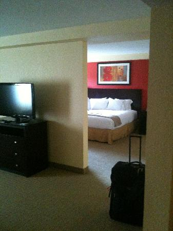 Holiday Inn Express and Suites Fort Lauderdale Executive Airport: View of Bedroom from Living Romm