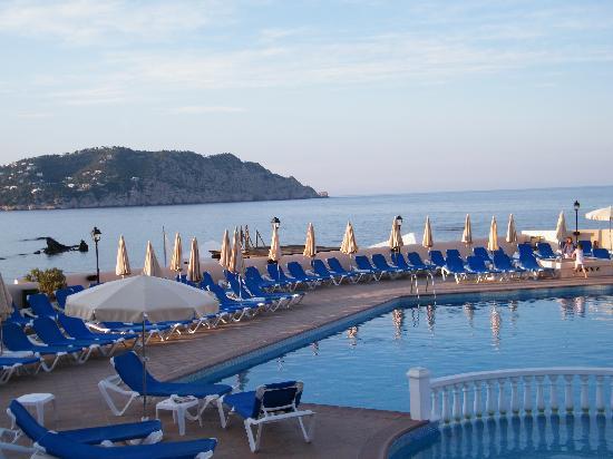 Invisa Hotel Club Cala Blanca: piscine côté restaurant le soir