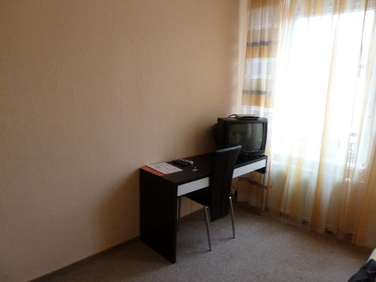 Hotel-Pension Victoria: Schreibtisch + TV