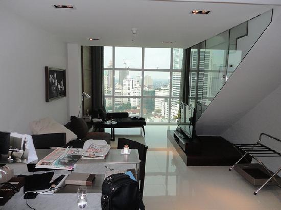 S31 Sukhumvit Hotel: duplex downstairs kitchen\living area
