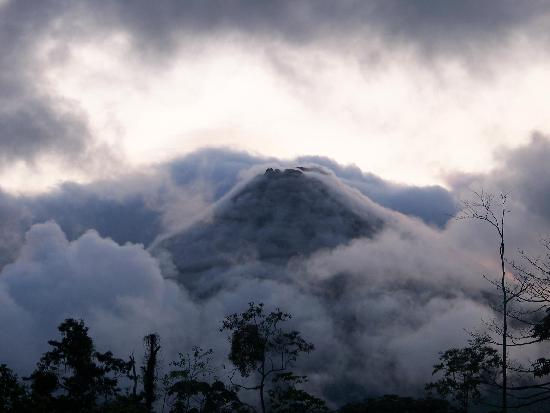 Hotel Arenal Green: Clouds enveloping the volcano.