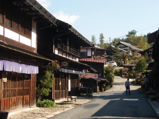 เรียวกัง ฟุจิโอโตะ: Street in Tsumago outside the ryokan