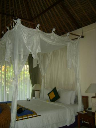 Alam KulKul Boutique Resort: comfy quen bed