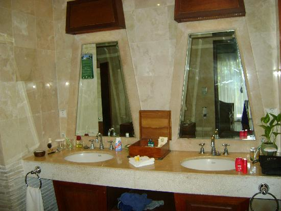 Alam KulKul Boutique Resort: luxurious bathroom