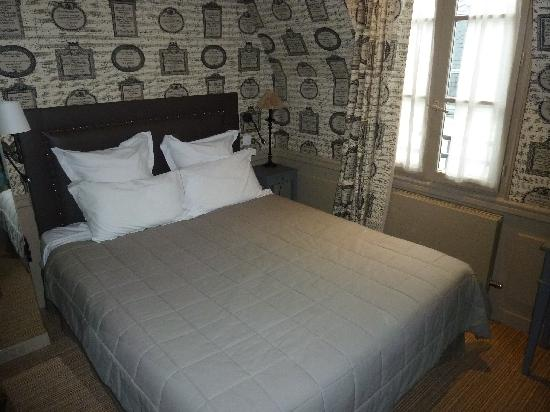 Hotel de Londres Eiffel: Bed in room.