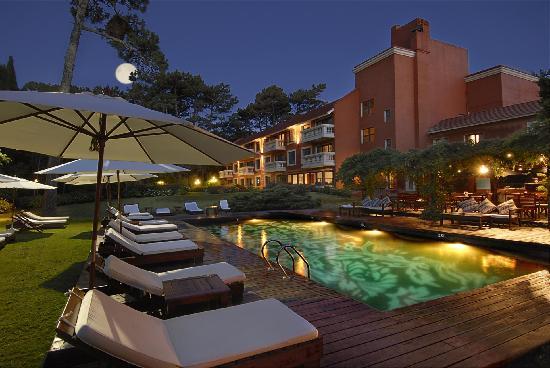 باراداس بارك هوتل آند سبا: Night Pool at Barradas Parque Hotel, Uruguay