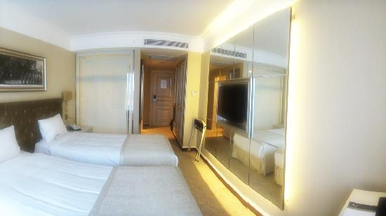 CVK Hotels Taksim: 1st night room - - double bed and tiny