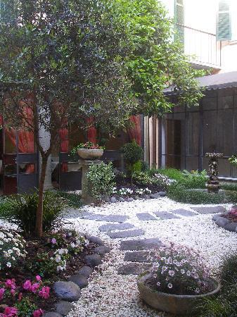 Hotel Pesce d'Oro: Giardino interno