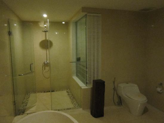 Kebun Villas & Resort: Spacious shower