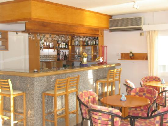 Sunny Hill Hotel Apartments: Pool side bar