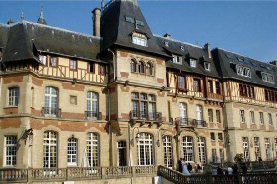 Château de Montvillargenne: A Wedding was taking place in the back area of the Chateau, beautiful!