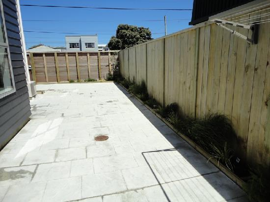 Rongotai Apartments: Large private outdoor courtyard with clothes line