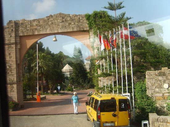 Defne Star Hotel: Hoteleinfahrt