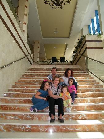 Apartamentos Pierre & Vacances Estepona: sentados en las escaleras q suben del comedor a recepcion
