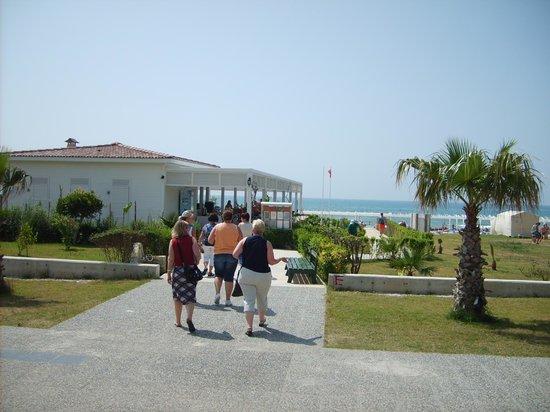 Club Bella Sun Hotel: Strandbereich mit Restaurant