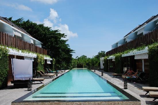 クプクプ ジンバラン, プールとリゾート外観