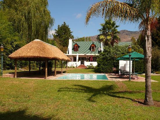 Orange-Ville Guesthouse: Blick auf Poolhaus & Haupthaus