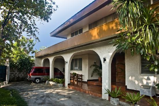 Casa Joaquin Bed and Breakfast: Driveway and Garage