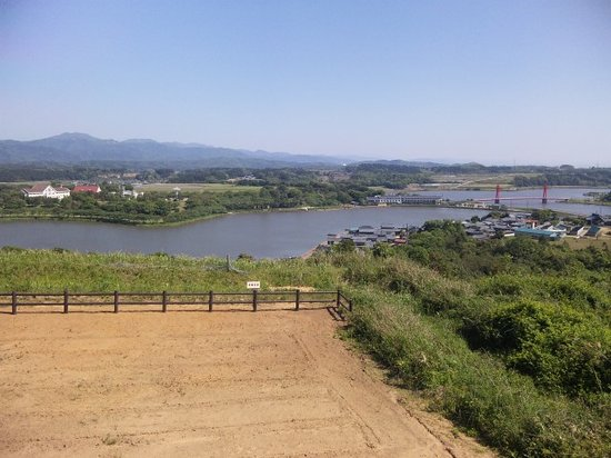 Awara, Japón: 横に建てられた展望台から北潟湖を望む