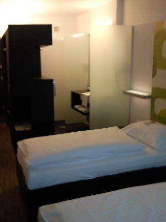 Arte Hotel Krems: Zimmer mit Blick auf die Dusche