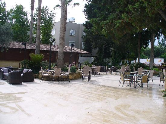 Hotel Pia Bella: Patio area in gardens