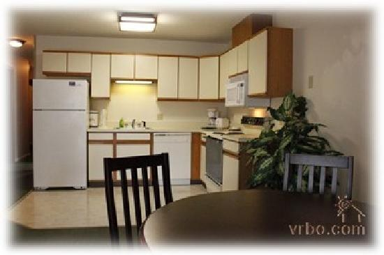 Yankee Suites Extended Stay: Full Kitchen and dining area