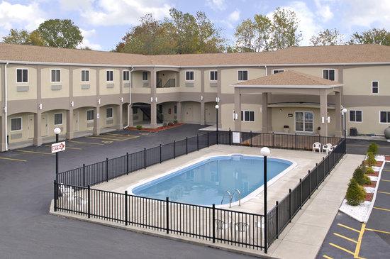 Days Inn & Suites Niagara Falls/Buffalo: Outside with pool area