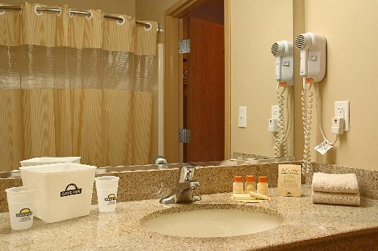 Days Inn & Suites Niagara Falls/Buffalo: 2nd floor bathroom