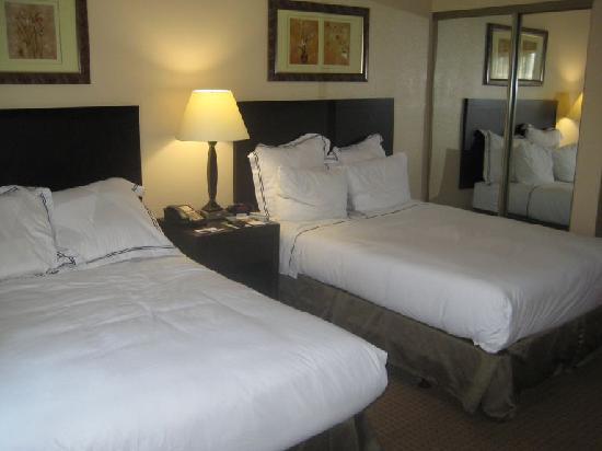 Radisson Suites Hotel Buena Park: Habitacion con 2 camas