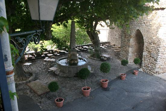 Seillans, France: The courtyard restaurant
